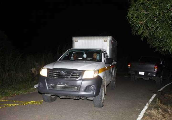 Los homicidas aprovecharon la oscuridad del lugar para dejarlo tirado a orilla de la vía. Foto: Alexander Santamaria