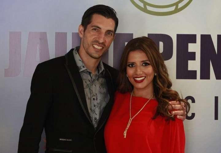Angie y Jaime Penedo siguen apoyando a la familia  afectada en Costamare