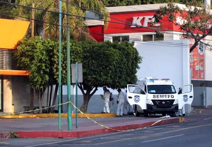 Peritos forenses recogen evidencias en el sitio donde un grupo armado mató a cinco personas que habían buscado refugio en el lugar, este lunes en una terminal de autobuses de la ciudad de Cuernavaca, en el céntrico estado de Morelos (México). EFE