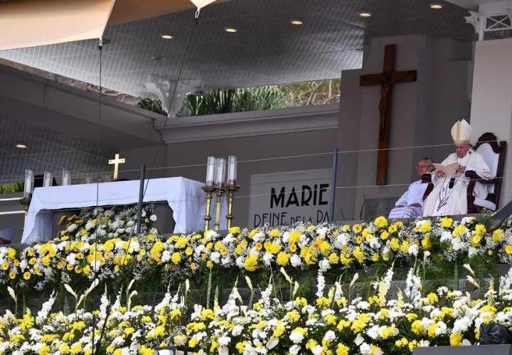 El papa pide poner a los jóvenes al centro de la sociedad en una misa en Mauricio. EFE