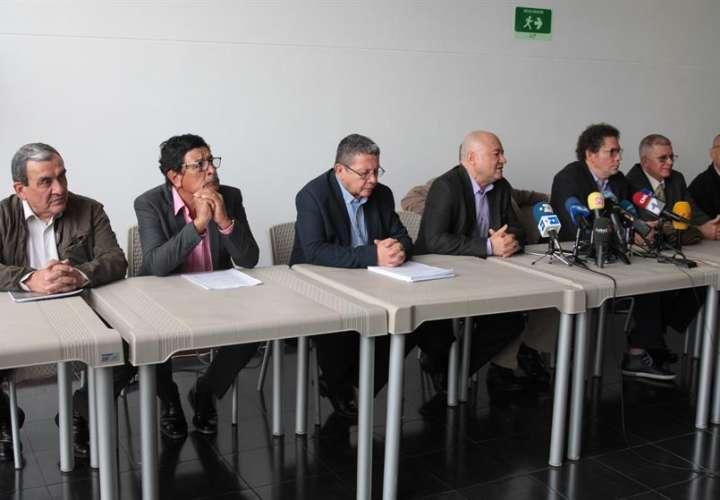 Los exlíderes de las FARC hablan en una rueda de prensa tras la presentación de una versión escrita sobre los secuestros cometidos por la exguerrilla este lunes en la sede del tribunal Jurisdicción Especial para la Paz (JEP) en Bogotá (Colombia). EFE