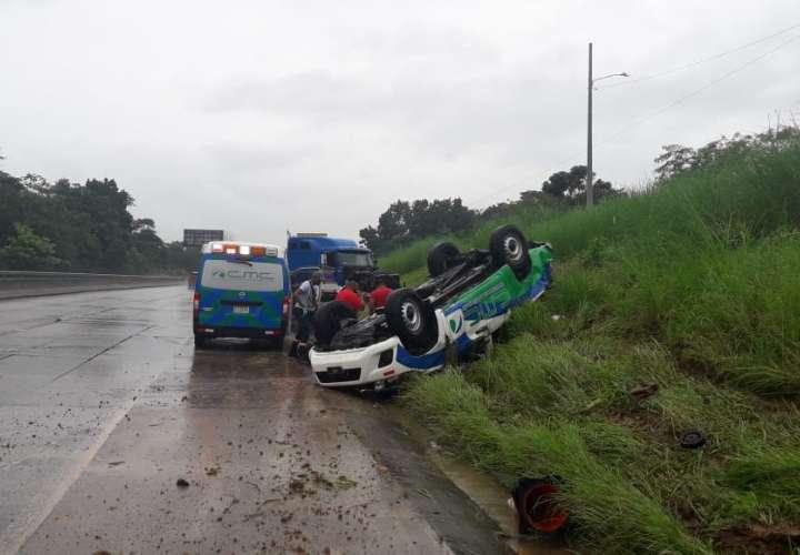 Mula colisiona sedán en la autopista Panamá-Colón y lo vuelca (Video)