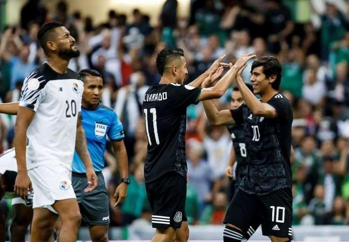 El jugador de México José Macías (d) celebra una anotación ante Panamá. Foto: EFE