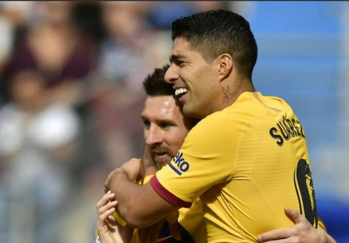 Lionel Messi festeja su gol con Suárez. / AP