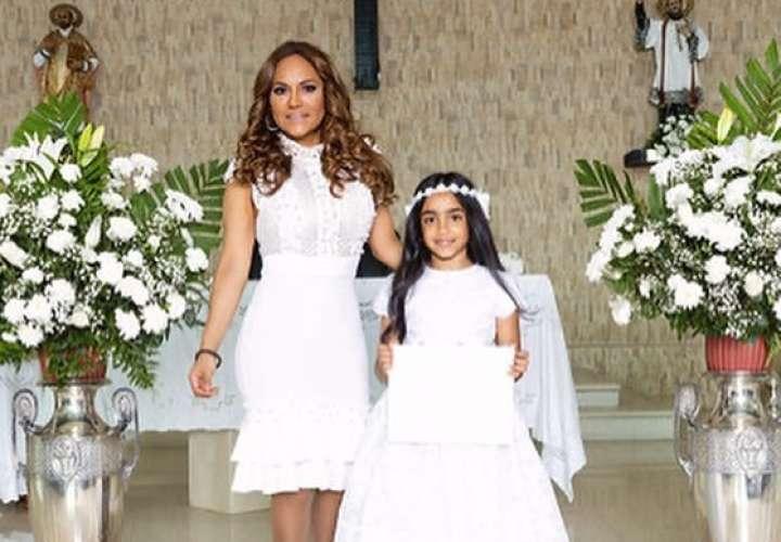 Sandra Sandoval lloró de felicidad por la primera comunión de su hija