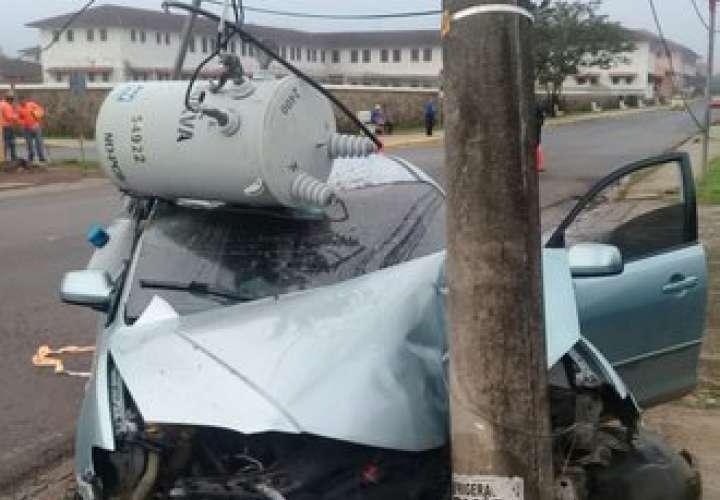 Conductor se estrella contra poste y deja sin luz a varias comunidades
