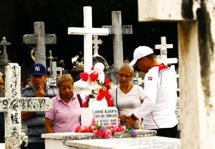 Cementerios repletos de flores, oración y de recuerdos de los que ya no están