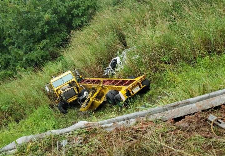 Conductores se rajan la cabeza tras caer a barranco por manejar bajo la lluvia