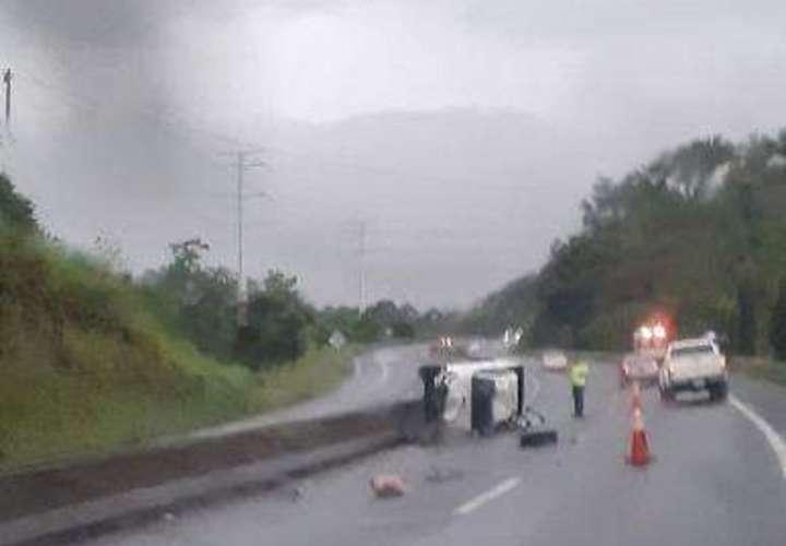Vuelca su pick up y queda atrapado dentro bajo la lluvia en autopista