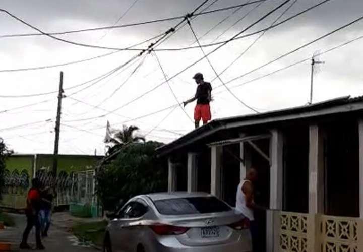 Lo atrapan en el techo de la casa