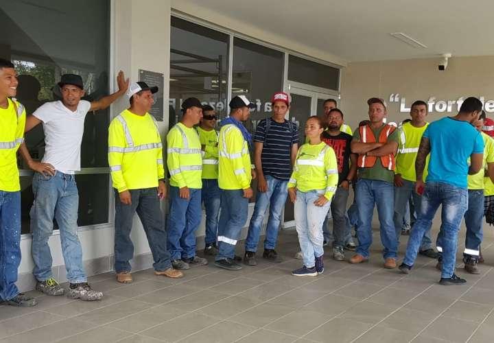 Trabajadores paralizan construcción de estadio de Las Tablas