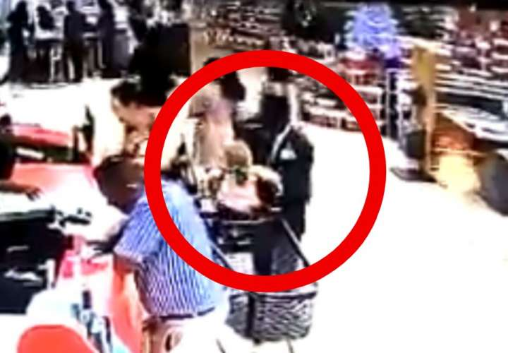 Una mujer se distrajo en el supermercado y le robaron a su nieto