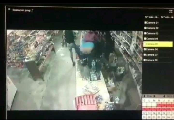 Delincuentes se pasan de lisos y roban en minisúper de Chepo (Video)