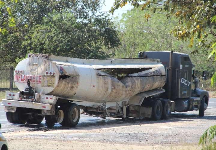 Articulado causa derrame de material peligroso en plena vía