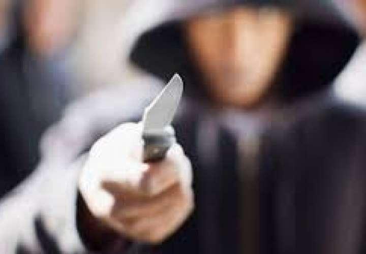 Taxista ataca con un cuchillo a pasajero para sustraerle el celular