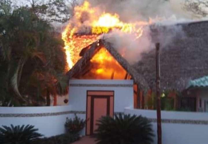 Fuego arrasa con entrada y habitación de hotel en Cambutal