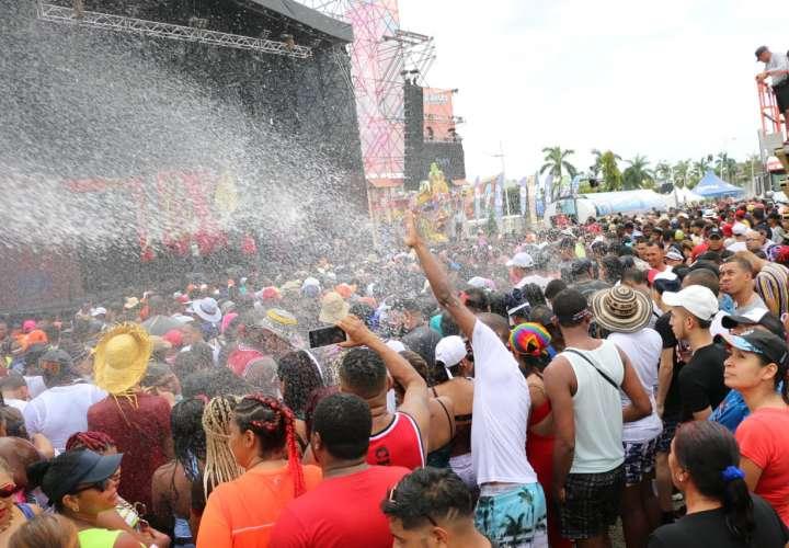 Lunes de carnaval: Agua y mucha diversión en la capital y el interior (Video)
