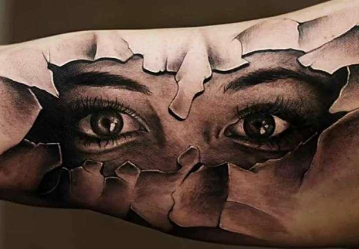 Hermosa modelo se tatúa los ojos y queda ciega