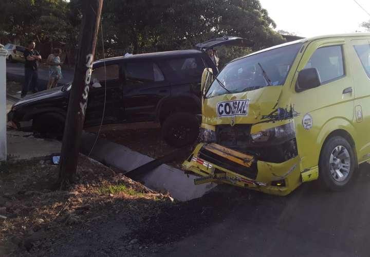 Tres lesionados tras accidente de un colegial y una camioneta en Chitré