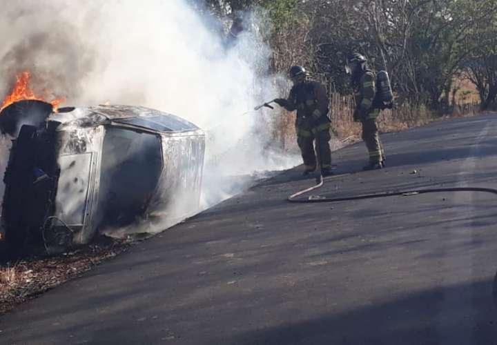 Muere calcinado dentro del vehículo que conducía en Parita (Video)