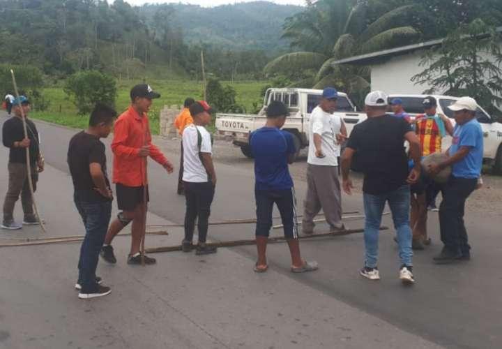 Cierran vías en Bocas para exigir a la población no salir de casa