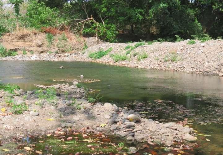 Sectorizan suministro de agua en Chame por bajo nivel en toma de agua