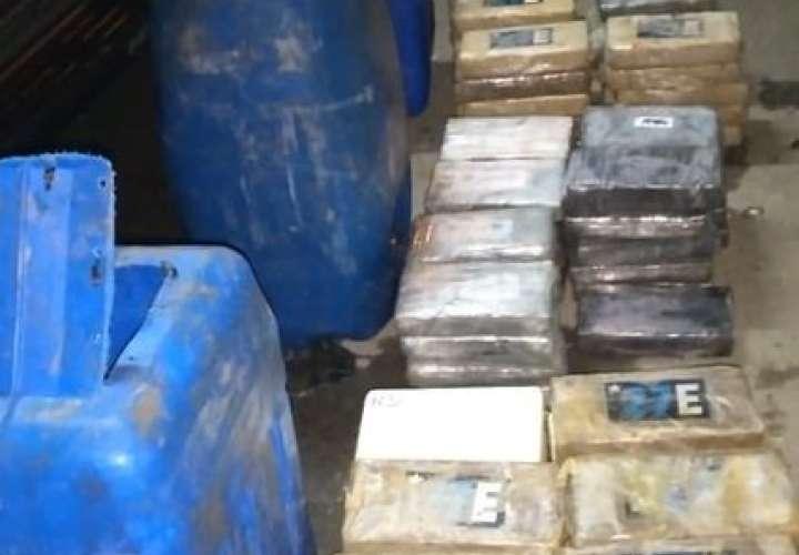 Transportaban 128 paquetes de droga en el pick up [Video]