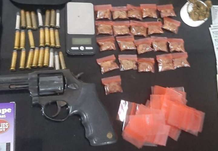 Pescan a dos con armas, municiones y droga