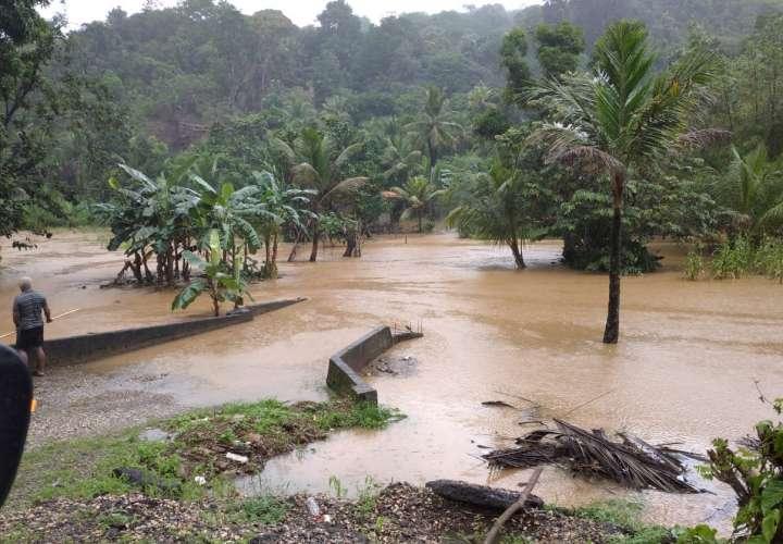 Mal tiempo dejó inundaciones y deslizamiento de tierra en Colón