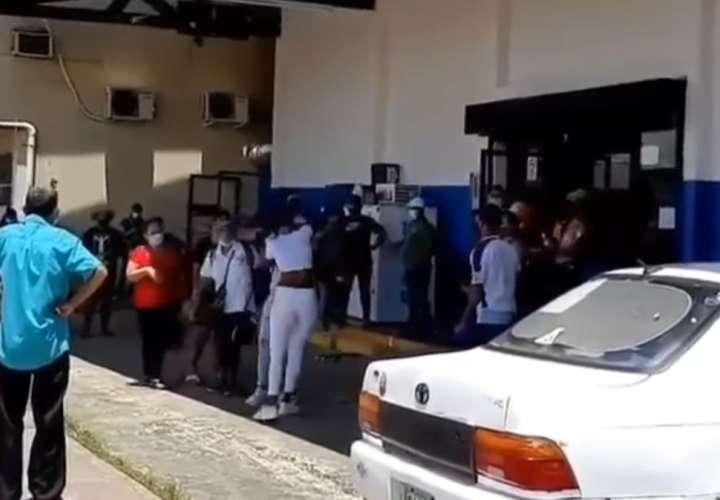 A  golpes se agarraron dos mujeres en Veraguas para entrar a un súper