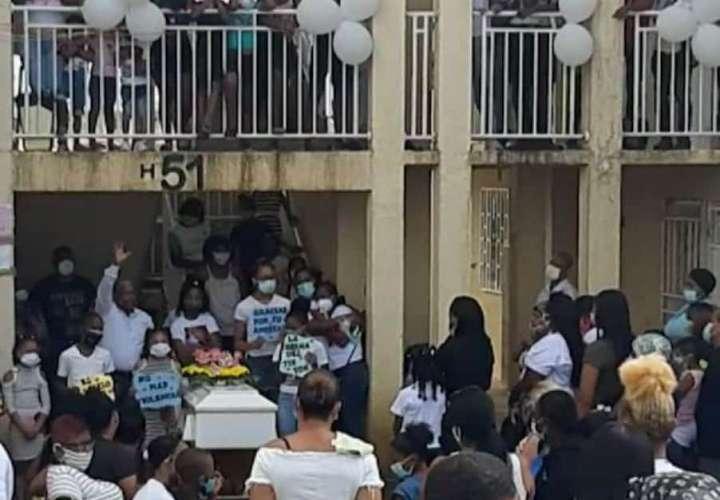Con cantos, aplausos y globos blancos despiden a niña  asesinada en Colón