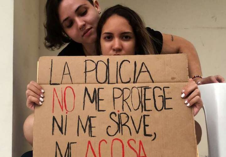 Joven detenida por besar a su novia denuncia abuso policial y actos homofóbicos