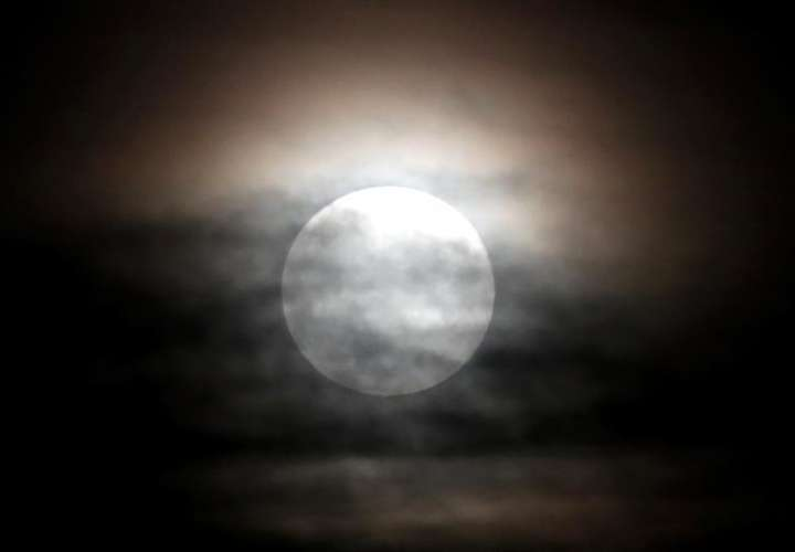 """El oxígeno de la Tierra podría haber """"oxidado"""" la Luna"""