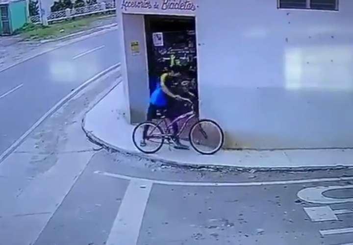 Hurta bicicleta a plena luz del día en Aguadulce y lo capta cámara (Video)