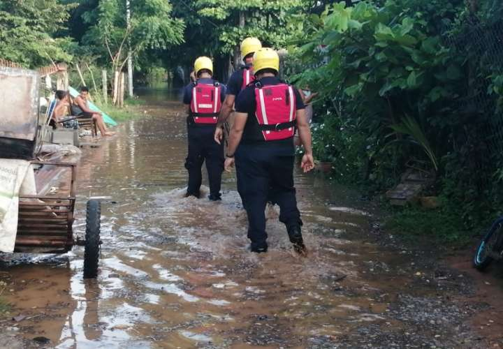 Río La Villa se sale de su cauce e inunda varias residencias (Video)