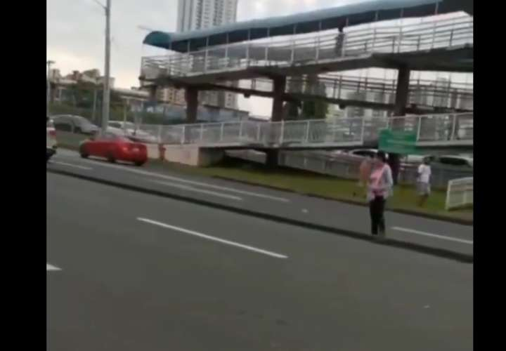 Denuncia: Transeúntes no utilizan puente peatonal en Avenida La Paz (Video)