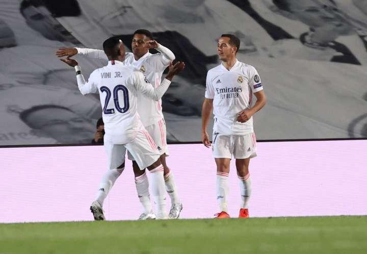 Rodrygo (c) celebra su gol con Vinicius. Foto: EFE
