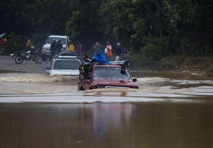 Eta se enfila hacia las Islas Caimán a punto de escalar a tormenta en el Caribe