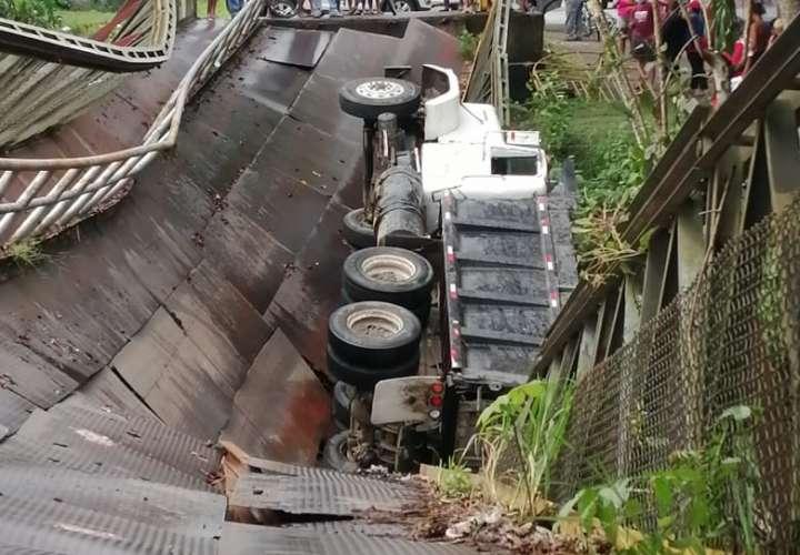Colapso de puente deja un herido (Video)