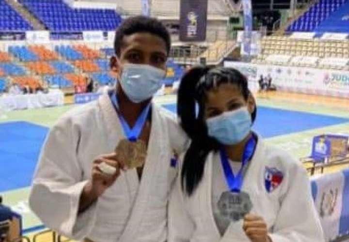 Alexis Harrison y Némesis Candelo con sus respectivas medallas conquistadas en el Campeonato Panamericano Junior de Judo que se celebra en Guadalajara, México. Foto: Cortesía