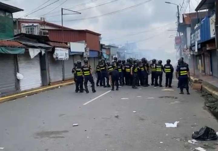Policía lanza gases y manifestantes tiran fuegos artificiales en protesta tica