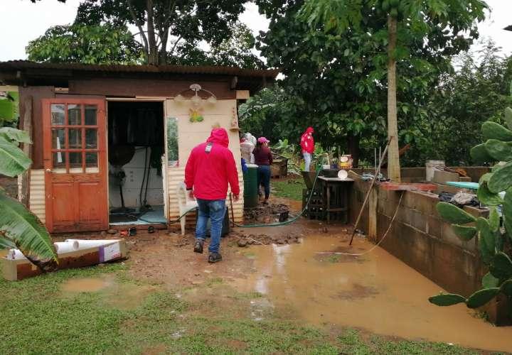 45 viviendas afectadas por desbordamiento de río Caimito  [Video]