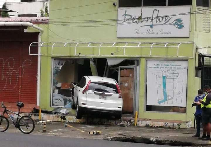 Auto queda metido en local comercial en vía España  [Video]