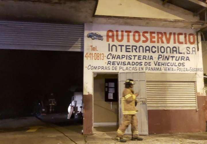 Fuego alcanza a dos autos en taller en Colón