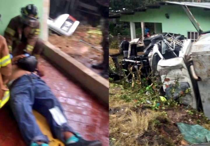 Conductor pierde el control de su camión y cae encima de una casa (Video)