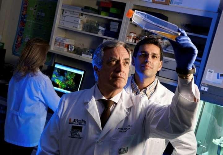 Doctor Camillo Ricordi (adelante), director del Instituto de Investigación de la Diabetes (DRI) y autor principal de un ensayo sobre el covid-19. EFE