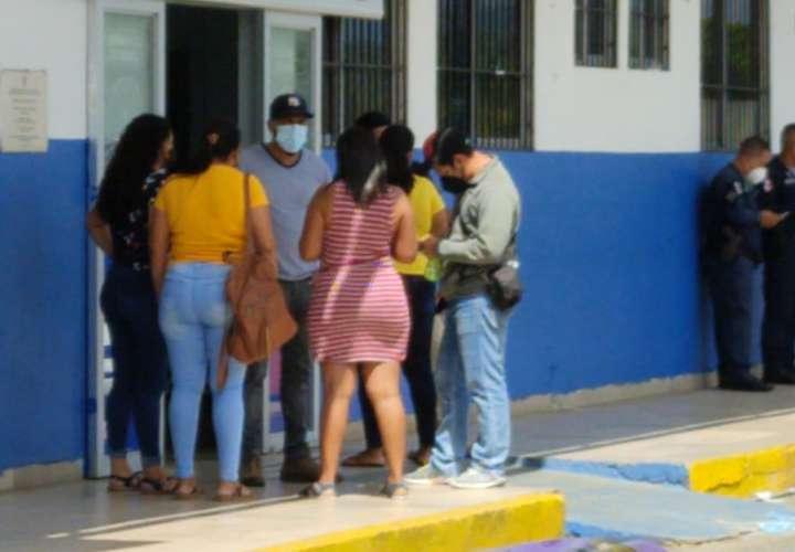 Familiares y conocidos del herido llegaron al centro médico.