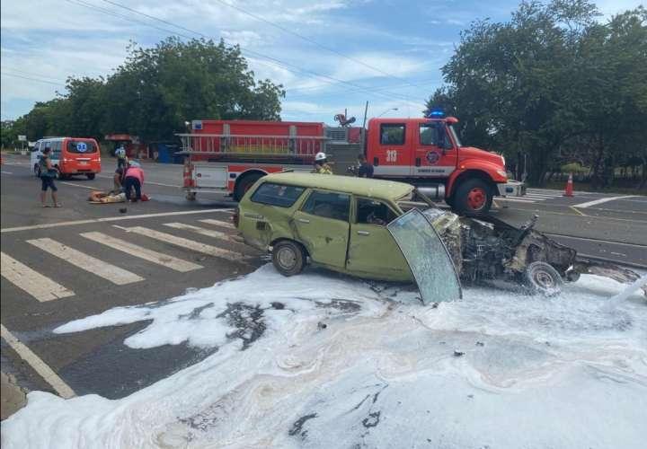 Choque y vuelco deja dos heridos en Los Santos