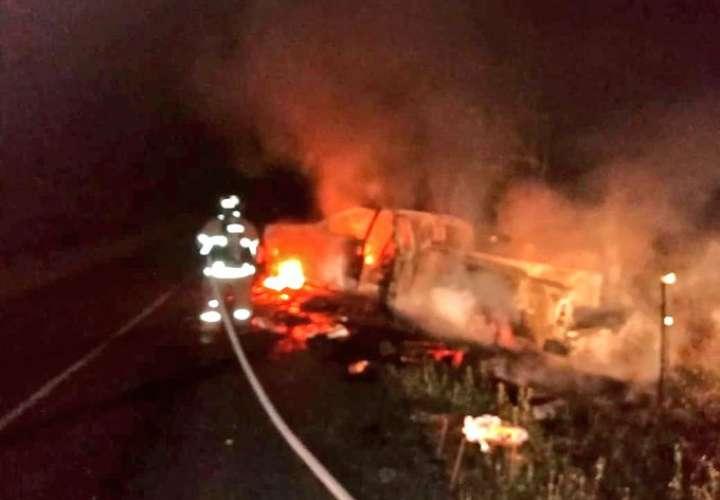 Autos incendiados y volcados en menos de 24 horas