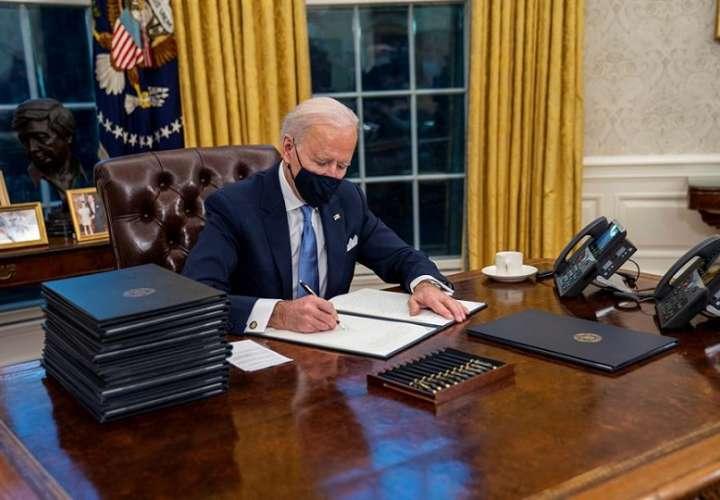 El  presidente de EE.UU., Joe Biden, firma órdenes ejecutivas en el Despacho Oval de la Casa Blanca. EFE